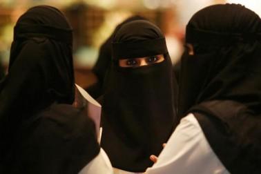 محمد بن سلمان خواتین کو آزادی دینے کے حق میں بھی ہیں ۔ بتایا جاتا ہے کہ ان کی ہی وجہ سے سعودی عرب میں خواتین کو کھیل میدانوں میں جانے اور ڈرائیونگ کرنے جیسی آزادی ملنے جارہی ہے ۔