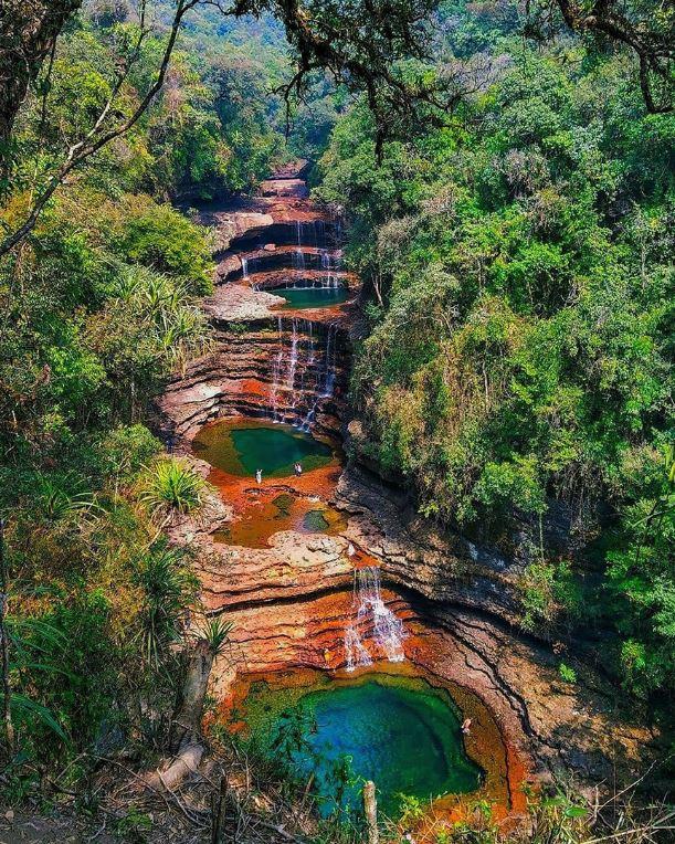 چیراپونجی عرف سوہرا اور ماسنرم میں جون سے ستمبرتک جھرنے پھوٹ پڑتے ہیں اور پہاڑوں سے پانی بہتے ہوئے بنگلہ دیش پہنچ جاتا ہے۔