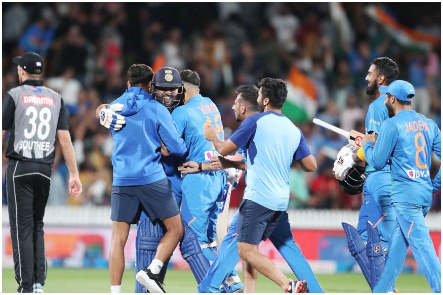 روہت شرما نے سپر اوور کی آخری دو گیندوں پر دو چھکے لگا کر ٹیم انڈیا کو جیت دلائی ۔